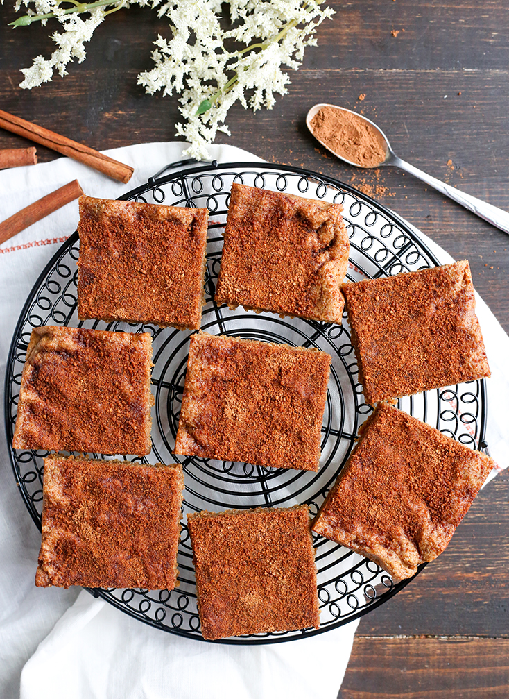 These Paleo Snickerdoodle Blondie Bars are quick, easy and so delicious! All the flavors of a snickerdoodle cookie, made in bar form. Gluten free, dairy free, and naturally sweetened.